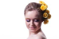 Retrato de la mujer joven con las flores Foto de archivo