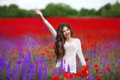 Retrato hermoso de la mujer joven en campo de las amapolas Brun atractivo Imagenes de archivo