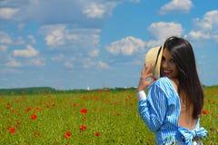 Retrato hermoso de la mujer joven en el prado Imagen de archivo libre de regalías