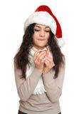 Retrato hermoso de la mujer joven en el sombrero del ayudante de santa que presenta en blanco Fotografía de archivo libre de regalías