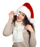 Retrato hermoso de la mujer joven en sombrero del ayudante de santa con el copo de nieve grande que presenta en blanco Fotografía de archivo