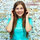 Retrato hermoso de la mujer joven Feliz fotos de archivo