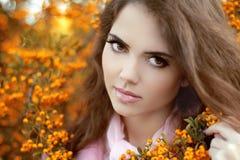 Retrato hermoso de la mujer joven, muchacha adolescente sobre par del amarillo del otoño Foto de archivo
