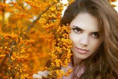 Retrato hermoso de la mujer joven, muchacha adolescente sobre par del amarillo del otoño Imagenes de archivo