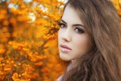 Retrato hermoso de la mujer joven, muchacha adolescente sobre par del amarillo del otoño Fotografía de archivo libre de regalías