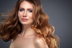 Retrato hermoso de la piel de la belleza de la mujer del pelo sobre fondo oscuro Foto de archivo