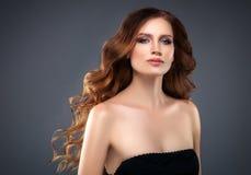 Retrato hermoso de la piel de la belleza de la mujer del pelo sobre fondo oscuro Imágenes de archivo libres de regalías