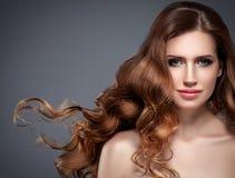 Retrato hermoso de la piel de la belleza de la mujer del pelo sobre fondo oscuro Imagenes de archivo