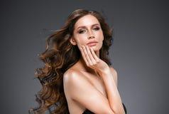 Retrato hermoso de la piel de la belleza de la mujer del pelo sobre fondo oscuro Fotografía de archivo