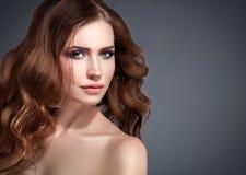 Retrato hermoso de la piel de la belleza de la mujer del pelo sobre fondo oscuro Fotos de archivo libres de regalías