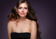 Retrato hermoso de la piel de la belleza de la mujer del pelo sobre fondo oscuro Imagen de archivo