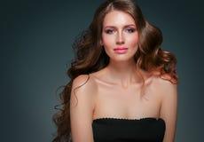 Retrato hermoso de la piel de la belleza de la mujer del pelo sobre fondo oscuro Fotos de archivo
