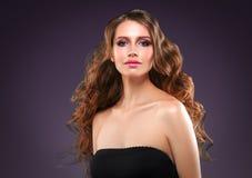 Retrato hermoso de la piel de la belleza de la mujer del pelo sobre fondo oscuro Fotografía de archivo libre de regalías