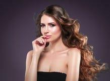 Retrato hermoso de la piel de la belleza de la mujer del pelo sobre fondo oscuro Foto de archivo libre de regalías