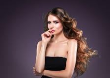 Retrato hermoso de la piel de la belleza de la mujer del pelo sobre fondo oscuro Imagen de archivo libre de regalías