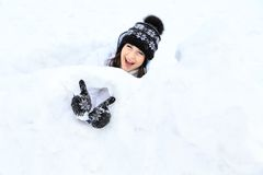 Retrato hermoso de la muchacha en invierno con nieve. Fotos de archivo libres de regalías