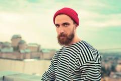 Retrato hermoso del hombre barbudo hermoso que le mira imágenes de archivo libres de regalías