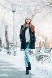 Retrato hermoso del invierno de la mujer joven en Imagen de archivo