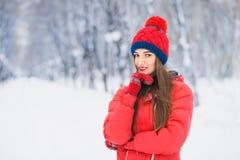 Retrato hermoso del invierno de la mujer joven en el paisaje nevoso del invierno Imagenes de archivo
