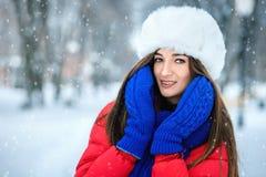 Retrato hermoso del invierno de la mujer joven en el sce nevoso del invierno Imagenes de archivo