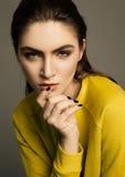 Retrato hermoso del modelo de moda con el pelo mojado Fotografía de archivo