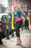 Retrato hermoso del modelo de moda que presenta en la calle. Foto de archivo