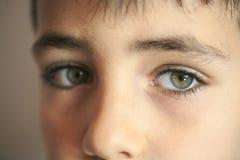 Retrato hermoso del niño de los ojos verdes que mira la cámara Imágenes de archivo libres de regalías