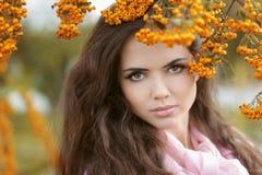 Retrato hermoso del otoño de la mujer, parque colorido outdoor Fotos de archivo