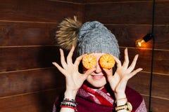 Retrato hermoso del primer de la mujer joven con las naranjas Concepto sano del alimento Cuidado y belleza de piel Minerales de l Imágenes de archivo libres de regalías