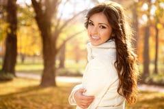 Retrato hermoso en parque del otoño Imagenes de archivo