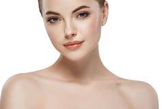 Retrato hermoso joven de la belleza del primer de la cara de la mujer con la piel sana de la naturaleza y el maquillaje perfecto Imagen de archivo
