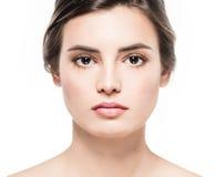 Retrato hermoso joven de la belleza del primer de la cara de la mujer con la piel sana de la naturaleza y el maquillaje perfecto Fotos de archivo