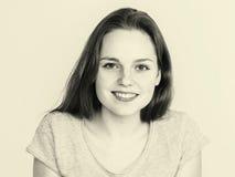 Retrato hermoso joven de la cara de la mujer de las pecas con la piel sana blanco y negro Imagen de archivo