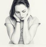 Retrato hermoso joven de la cara de la mujer de las pecas con la piel sana blanco y negro Imagenes de archivo