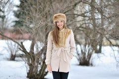 Retrato hermoso joven de la muchacha en el invierno - al aire libre Fotografía de archivo libre de regalías