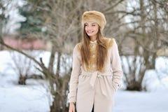 Retrato hermoso joven de la muchacha en el invierno - al aire libre Imagenes de archivo