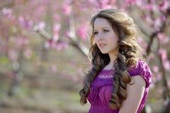 Retrato hermoso joven de la mujer al aire libre Fotos de archivo