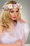 Retrato hermoso joven de la mujer con la guirnalda de flores imágenes de archivo libres de regalías