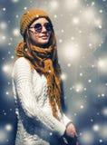 Retrato hermoso joven de la mujer del inconformista del día de fiesta de la nieve del Año Nuevo en vidrios y ropa hecha punto Imagenes de archivo