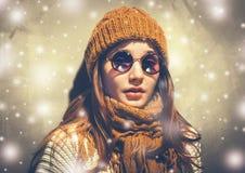 Retrato hermoso joven de la mujer del inconformista del día de fiesta de la nieve del Año Nuevo en vidrios y ropa hecha punto Fotografía de archivo