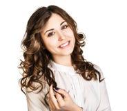 Retrato hermoso joven de la mujer en la blusa blanca Foto de archivo