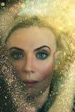Retrato, hermoso, joven, rubio, rodeado cerca, chispas de oro, luces de oro, maquillaje profesional, piel de oro, brillante fotografía de archivo