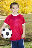 Retrato hispánico joven del jugador de fútbol fotografía de archivo