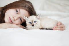 Criança e gatinho fotos de stock royalty free