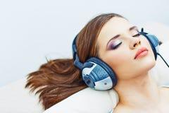 Retrato home da jovem mulher Menina de sono com fones de ouvido Fotografia de Stock