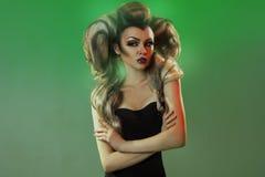 Retrato horizontal da fêmea adulta bonita com cabelos do creatie Fotografia de Stock