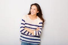 Retrato horizontal da mulher asiática feliz que sorri com os braços cruzados imagens de stock