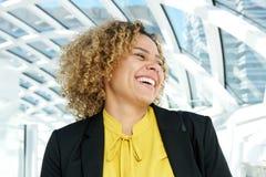 Retrato horizontal da mulher de negócio que ri e que olha afastado fotos de stock royalty free