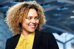 Retrato horizontal da mulher de negócio que sorri e que olha afastado imagem de stock royalty free