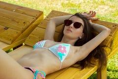 Retrato horizontal da mulher sexual em um roupa de banho e em óculos de sol fotos de stock royalty free